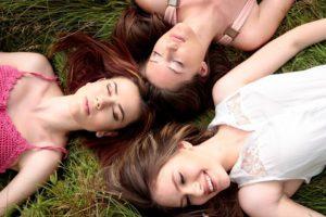 Drei junge Menschen