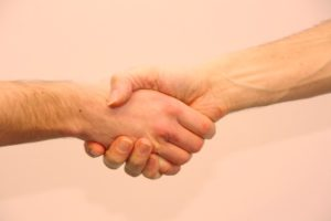 Sich die Hand reichen