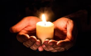 Kerze in den Händen