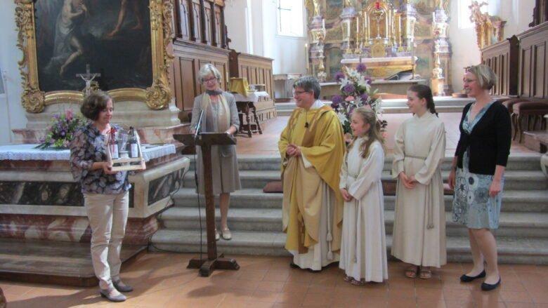 Vizepräsidentin Elisabeth Obi, Kirchgemeindepräsidentin Silvia Meier, Pfr. Adrian Suter, seine Töchter Anouk und Jaël sowie seine Frau Nicole Mathis Suter.