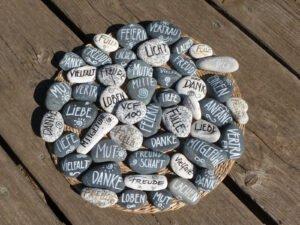 Steine auf Holz