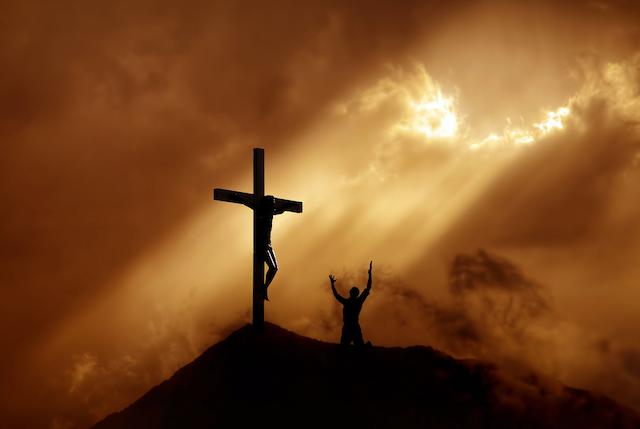 Wortlos vor des Kreuzes Segen